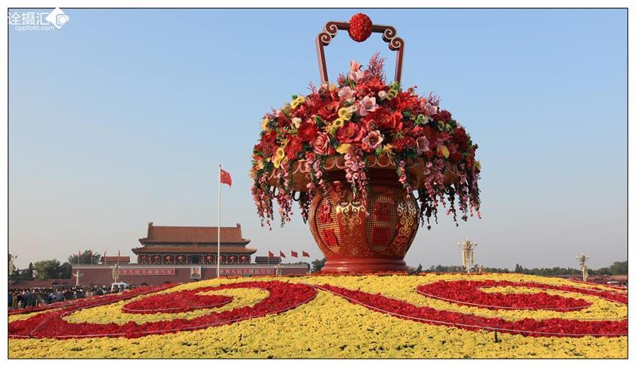 天安门广场国庆花篮写有万众一心