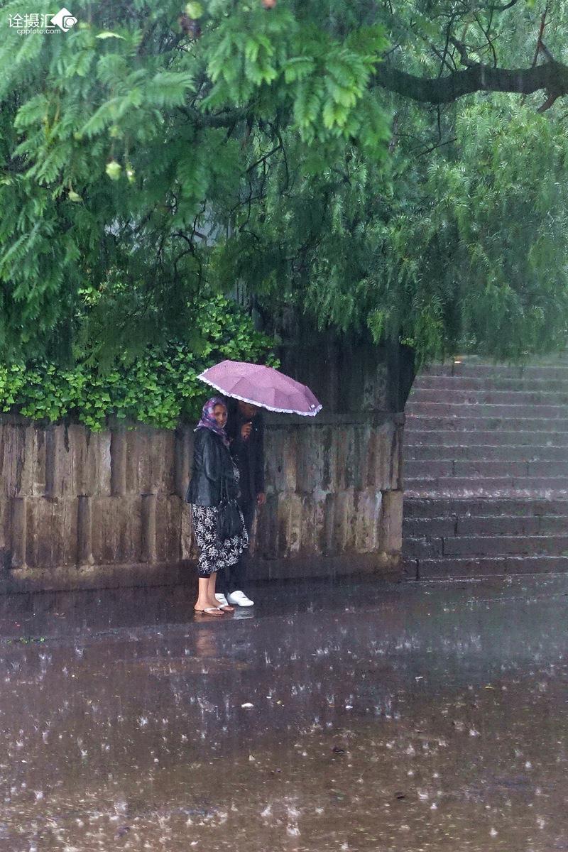 qq頭像一個人走在雨中