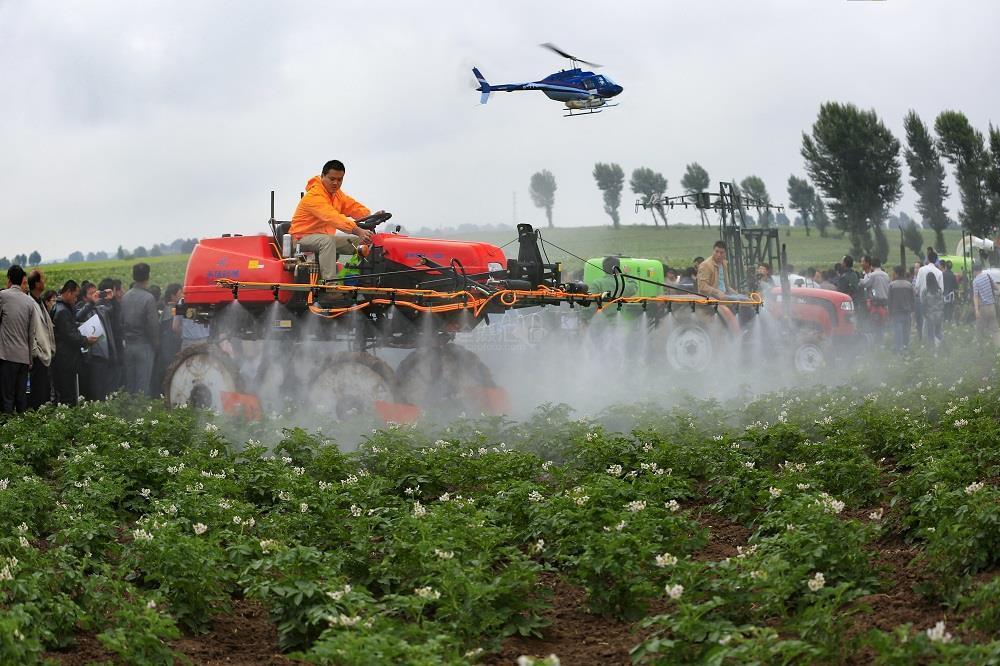 现代农业喷洒农药 —— 钟子俊 摄