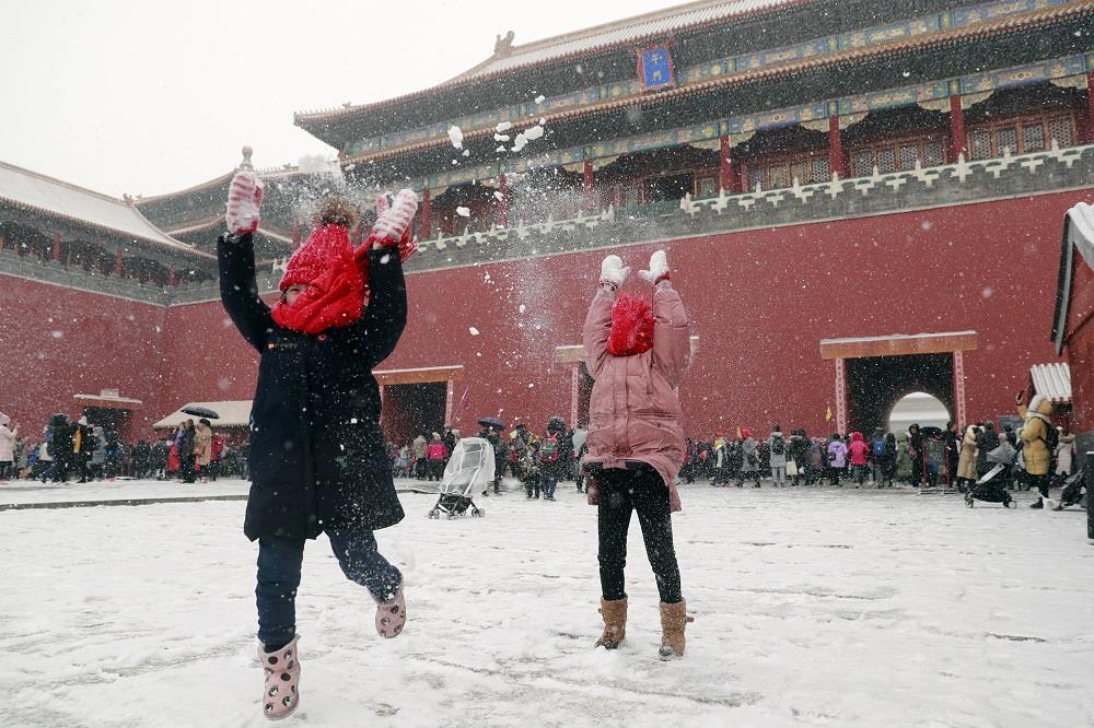 参观故宫博物院的小朋友在午门玩雪 ——  盛佳鹏 摄