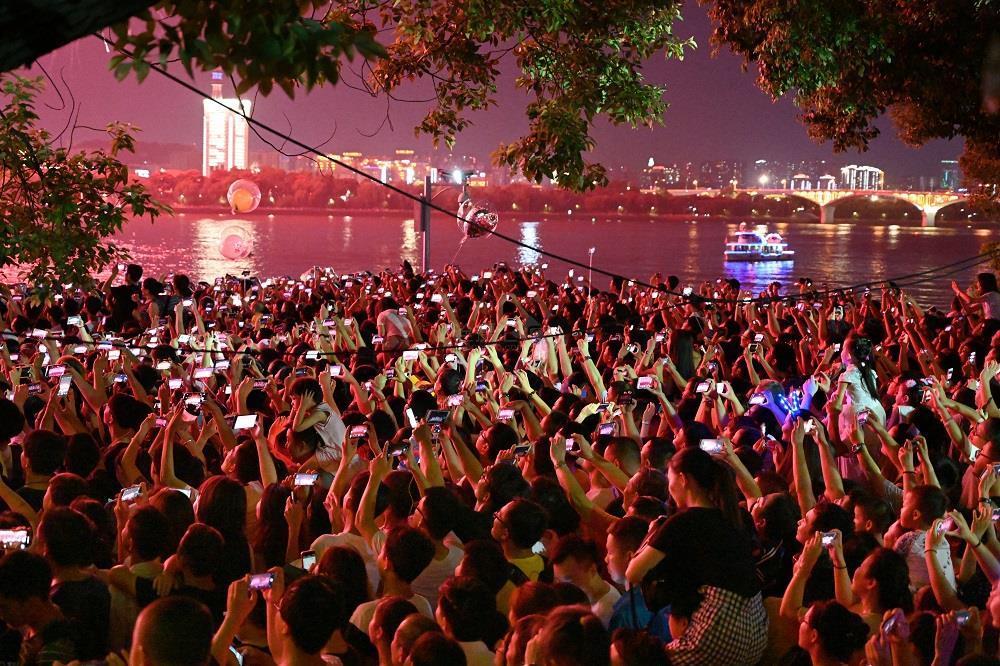 市民和游客在观看橘子洲焰火燃放 —— 郭立亮 摄