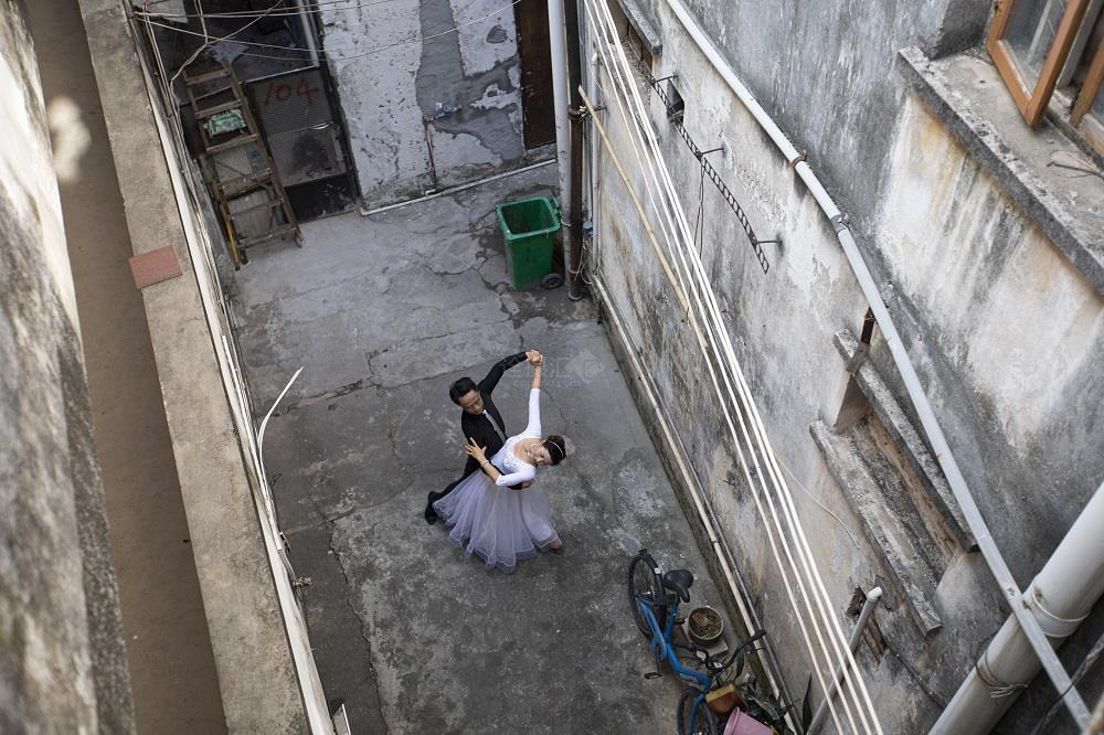 刻苦练习交谊舞 ——  刘宇 摄